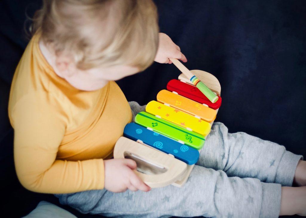 dzieci łatwo uczą się nowych melodii z piosenek