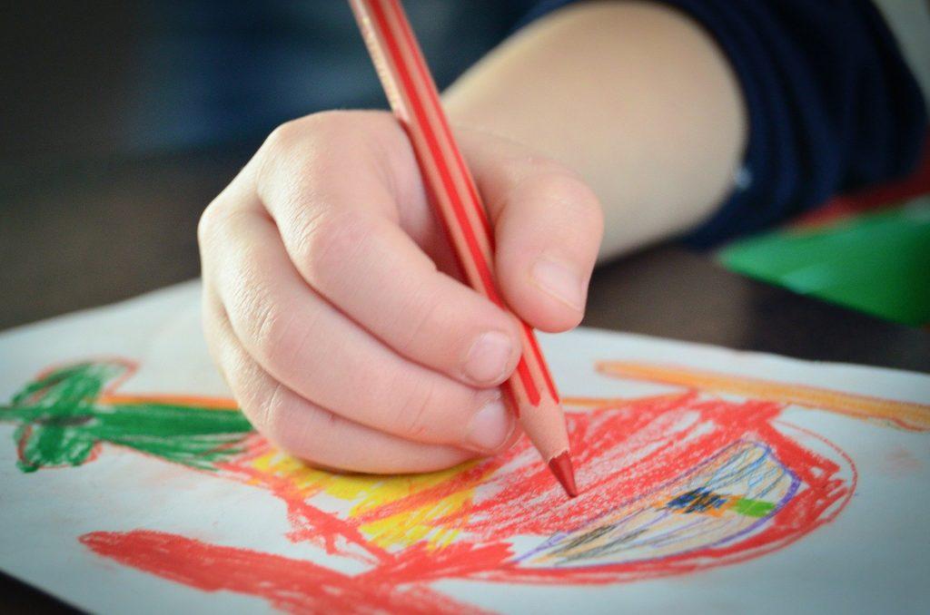 rysowanie to dobra forma zabawy w domu
