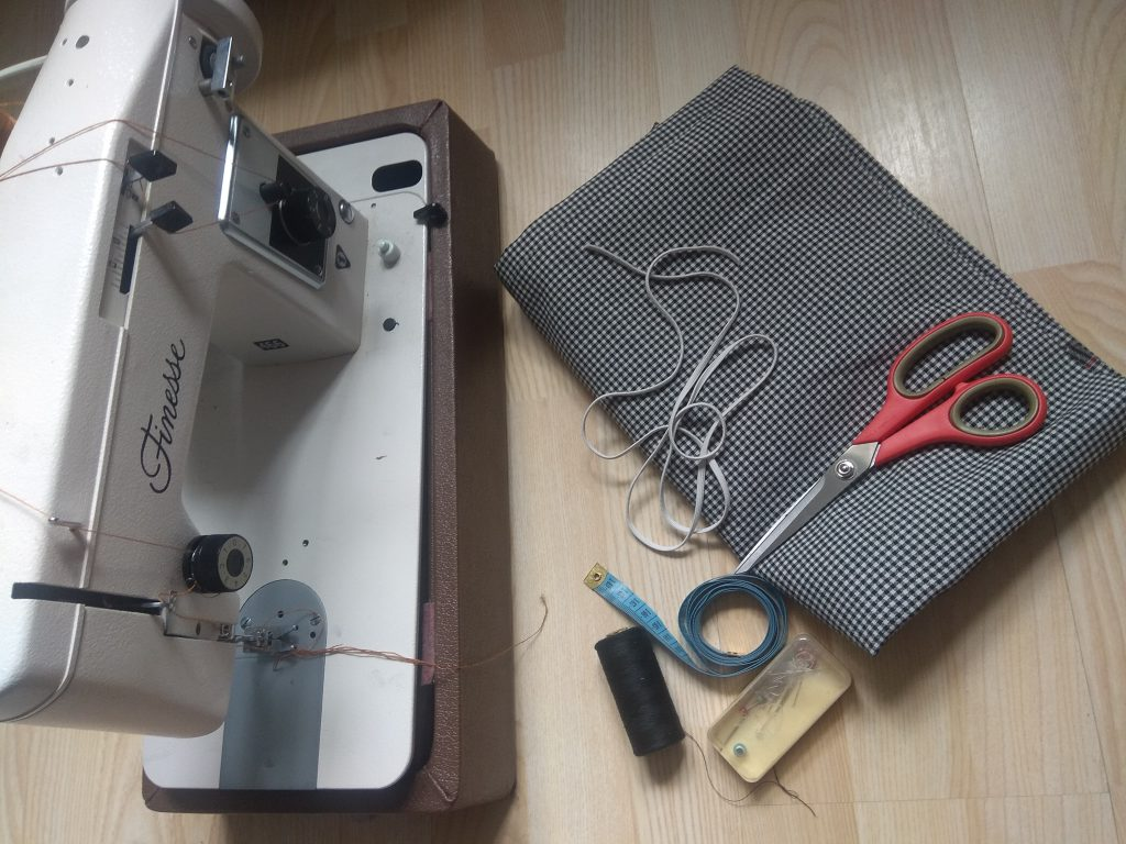 Do uszycia maseczki ochronnej potrzebujesz: maszyny do szycia, nitki, materiału, najlepiej bawełnianego, nożyczek, szpilek, linijki lub centymetra i gumki