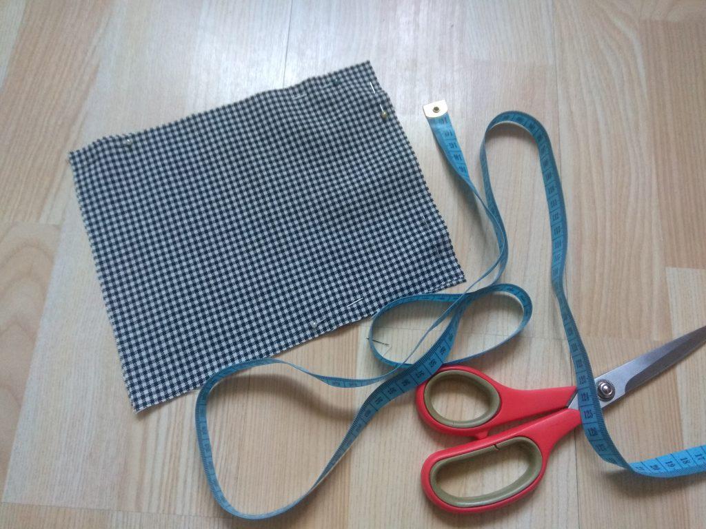 Dwię części materiału złóż ze sobą i przypnij szpilkami