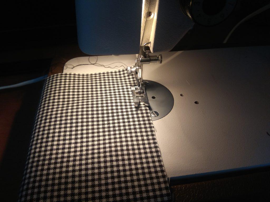 Zszyj ze sobą dwie części materiału zostawiając 3-4 cm nie zszyte.